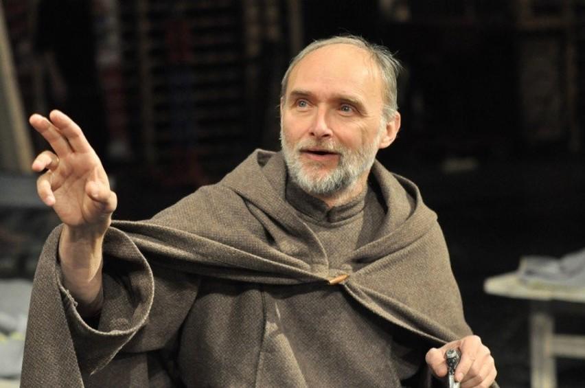 W roli brata Alberta Chmielowskiego wystąpi Janusz Łagodziński. Premiera spektaklu odbyła się w 2011 roku.