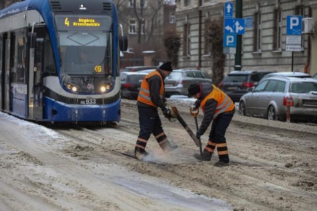 Radni z klubu Kraków dla Mieszkańców przekonują, że przydałby się specjalistyczny tramwaj do szlifowania, czyszczenia i odśnieżania torowisk.