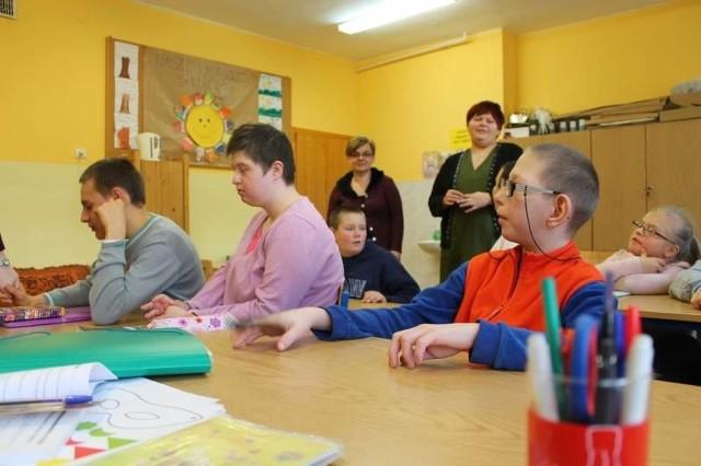"""Starostwo przestało prowadzić szkołę w darowanym budynku. Obecnie zajmuje się tym Stowarzyszenie """"Ósemka""""."""