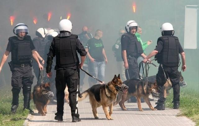 Kibice ze Stalowej Woli po odpaleniu rac rozpoczęli przemarsz ulicami miasta.