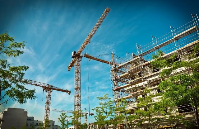 Zarówno budowa mieszkań, jak i sprzedaż mieszkań mają się dobrze w rok po wybuchu pandemii.
