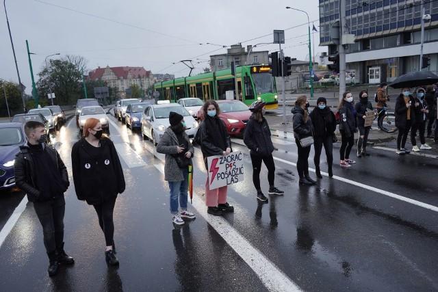 Trwa Strajk Kobiet. Protestujący blokują centrum Poznania. Tym razem organizatorzy nie wyznaczyli żadnych konkretnych miejsc. Blokady są tworzone oddolnie i niezależnie. Najgorzej sytuacja wygląda w centrum Poznania w rejonie ronda Kaponiera i mostu Teatralnego. Zobacz więcej zdjęć ---->