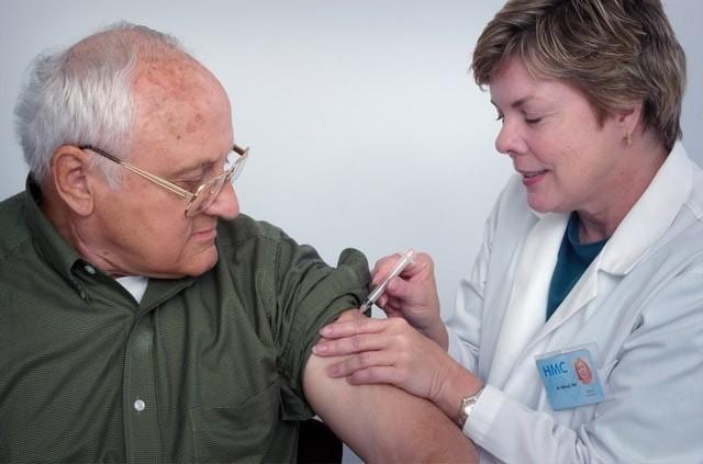 Szczepionka na grypę w obecnym sezonie cieszy się ogromnym zainteresowaniem z powodu panującej pandemii koronawirusa oraz apeli lekarzy