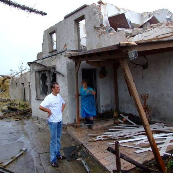 Trąba powietrzna zniszczyła 105 domów.