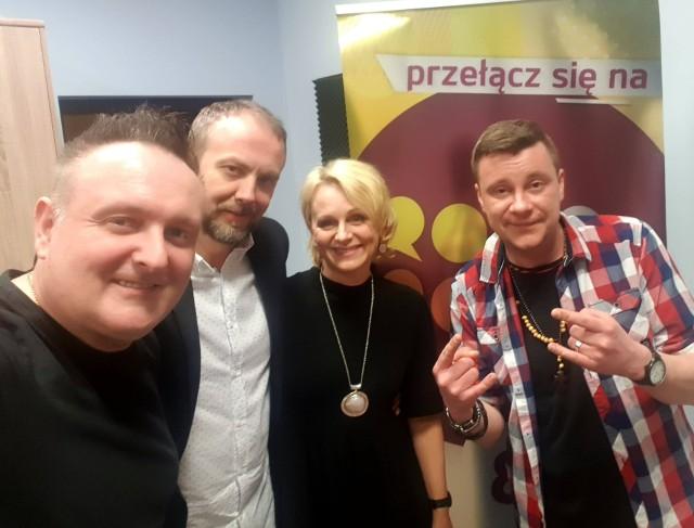 Darek Janik (z lewej) i Łukasz Mojecki (z prawej) z właścicielami Radia Radom Joanną Stachurską- Ruszkowską i Pawłem Wolskim.
