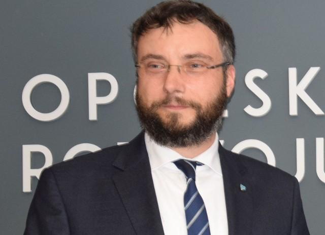 Roland Wrzeciono przez 6 lat stał na czele Opolskiego Centrum Rozwoju Gospodarki. W czerwcu został prezesem ozimskiej komunalki. Rada nadzorcza powołała go na trzyletnią kadencję.