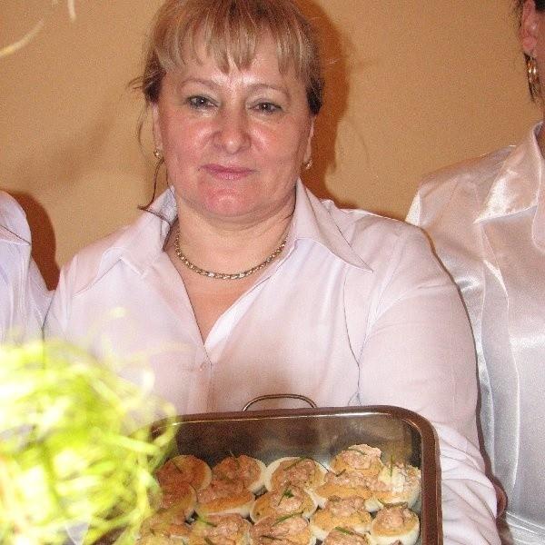 Na zdjęciu Alicja Nowak z jajami faszerowanymi na sobotniej wystawie stołów wielkanocnych w Więcborku