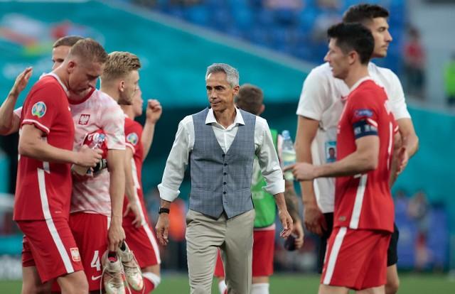"""Paulo Sousa nie cieszy się najlepszą opinią wśród ekspertów piłkarskich w Polsce. Ci twierdzą, że Portugalczyk nie wyciska z reprezentacji Polski maksimum, popełnia głupie decyzje i zwyczajnie nie zależy mu na niektórych aspektach. Portugalczyk został nazwany nawet """"siwym bajerantem"""", który chce usilnie sprzedać nam garnki za grubą kasę. Oto najważniejsze zarzuty wobec Sousy przed wrześniowymi meczami eliminacji do MŚ 2022."""