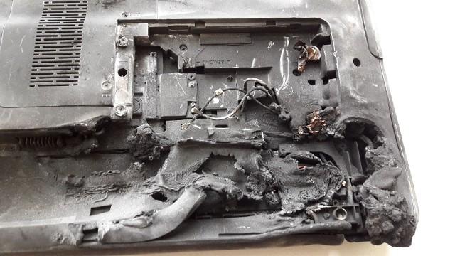 Chwile grozy przeżyła nauczycielka oraz uczniowie trzeciej klasy ze Szkoły Podstawowej numer 1 w Pabianicach. W poniedziałek bowiem po godzinie 10 chciała przeprowadzić lekcję o żywności, do której potrzebny był jej laptop. Chwilę po podłączeniu laptop wybuchł. Pojawił się ciemny dym oraz ogień. WIĘCEJ- CZYTAJ NA KOLEJNYM ZDJĘCIU