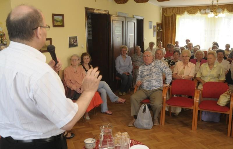 Goście z zainteresowaniem słuchali wykładu o muzykoterapii