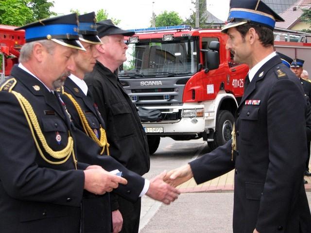 Komendant wojewódzki Antoni Ostrowski (z prawej) wręczył awanse i odznaczenia bielskim strażakom.