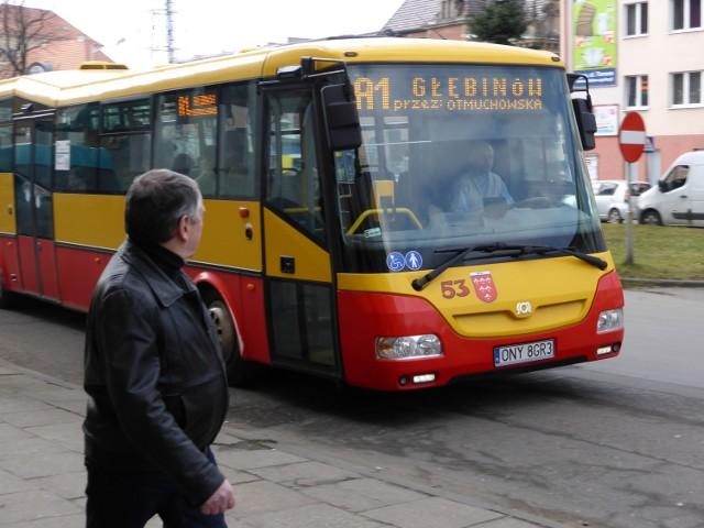 Niektórym do dziś trudno połapać się w nowym rozkładzie jazdy, przez co mylą autobusy i wsiadają nie do tych, co trzeba.