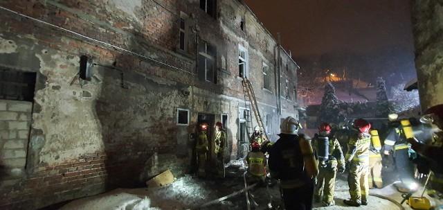 Akcja strażaków była utrudniona przez trudno dostępne miejsce pożaru, do którego doszło w środę, 17 lutego w oficynie kamienicy przy ul. Wybickiego. W jego wyniku zginęły dwie osoby
