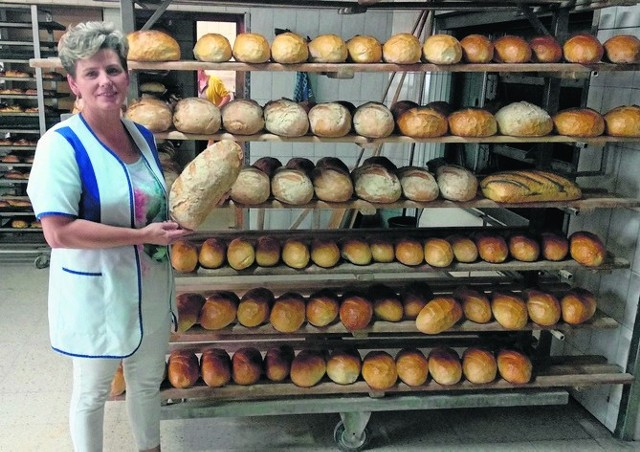 """Lidia Bierońska, właścicielka piekarni """"Marek"""" w Sędziszowie ze zwycięskim chlebem """"Helios"""" w dłoniach."""