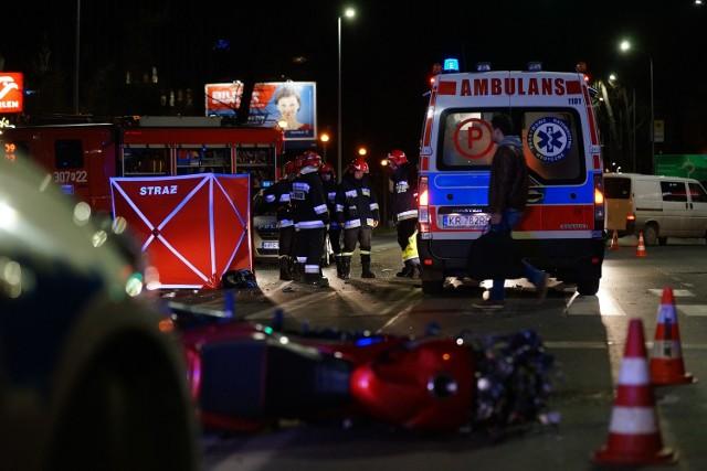 Wypadek na ul. Pilotów w Krakowie. Zderzenie samochodu z motocyklem. Zginęła jedna osoba.