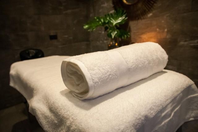 Walentynki 2021: Romantyczny masaż dla dwojga czy kąpiel w winie połączoną z degustacją. Jaki prezent na Walentynki w czasie koronawirusa?
