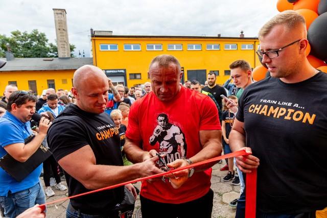 Mariusz Pudzianowski w Białymstoku na otwarciu siłowni Champion Gym: Ciężko jest pogodzić sporty walki z podnoszeniem ciężarów