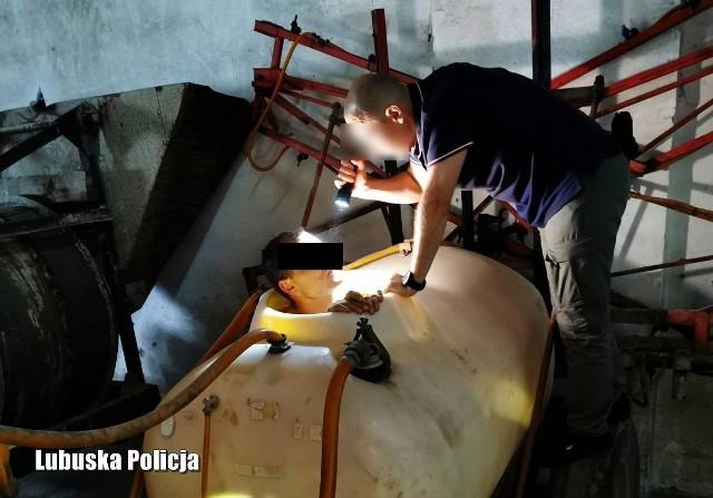 Poszukiwany mężczyzna przed policją ukrył się w beczce do opryskiwacza.