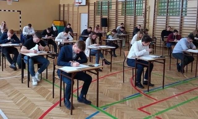 Maturzyści z Zespołu Szkół Ponadpodstawowych w Iłży mierzyli się z egzaminem maturalnym z matematyki.