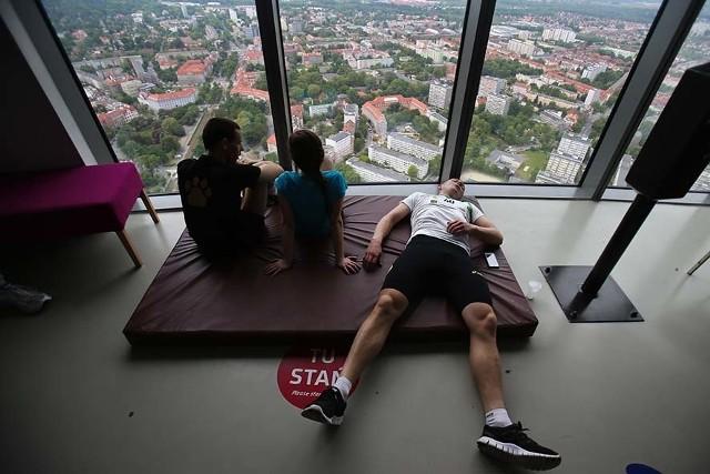 Sobota 23.05Polska, Wrocław. Sky Tower Run. Zawodnicy odpoczywają po biegu na 49. piętro wieżowca Sky.