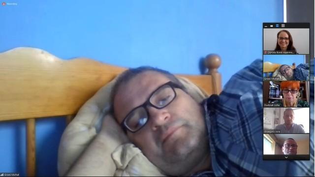 Radny Prawa i Sprawiedliwości podczas zdalnego posiedzenia komisji leżał w łóżku. Tłumaczy, że źle się czuł.