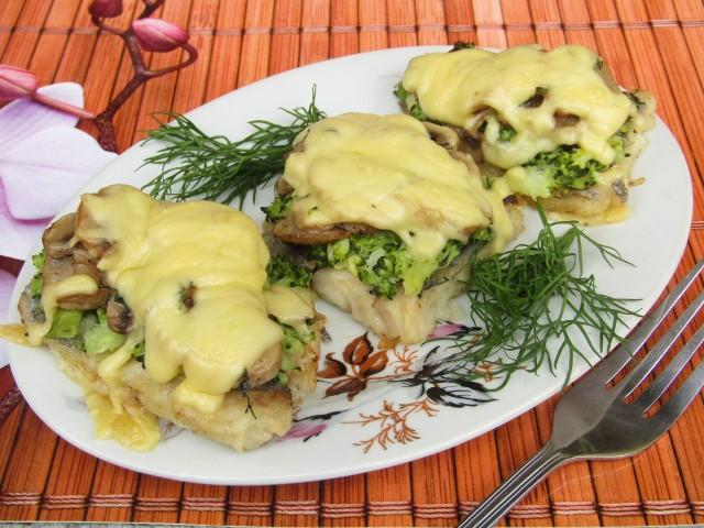 Ryba zapiekana z brokułem, pieczarkami i serem.