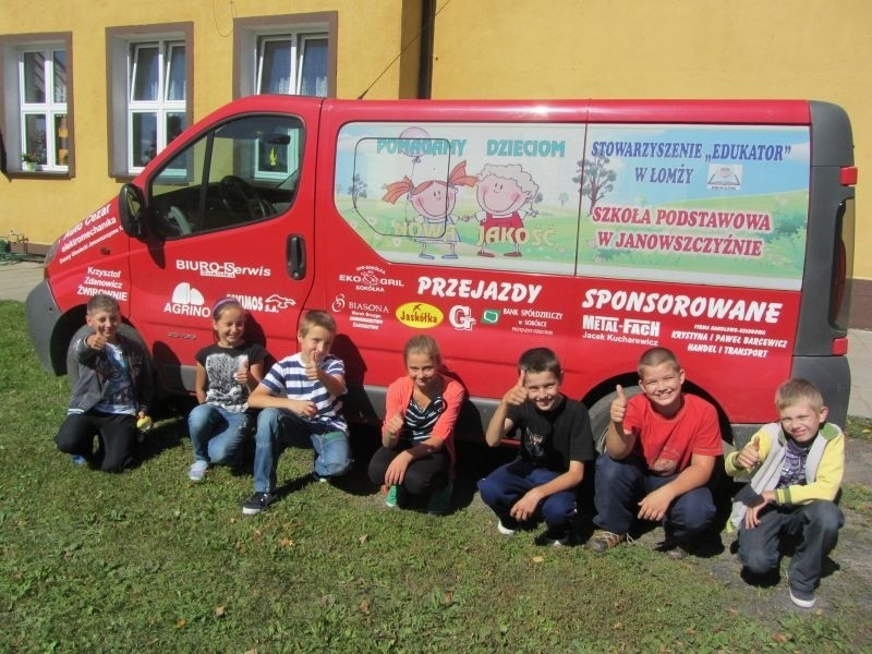 Dzięki sponsorom, uczniowie dowożeni są do szkoły busem,...