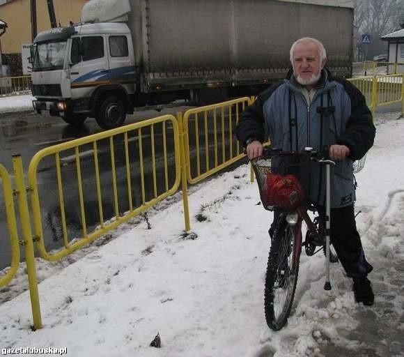 - Obwodnica jest konieczna, bo samochody rozjeżdżają nasze miasto - mówi Eugeniusz Galant z Drezdenka  (fot. Krzysztof Korsak)