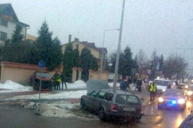 W wypadku pijanego policjanta na skrzyżowaniu ul. Raginisa i Baśniowej ranne zostały trzy osoby. Dwie z volkswagena i jedna z potrąconych pieszych.