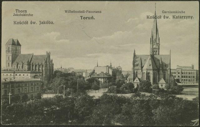 Tak prezentował się plac Świętej Katarzyny w drugiej dekadzie XX wieku. Na pierwszym planie bujna zieleń, dalej kościół garnizonowy, a po lewej m.in. kościół św. Jakuba i magazyn przy obecnej ulicy Warszawskiej, który na przełomie lat 20. i 30. został przebudowany na Dom Żołnierza z kinem.