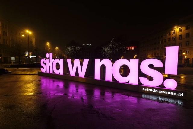 """""""Siła w nas!"""" - neon z takim hasłem pojawił się na placu Wolności. Informuje on o wspólnej akcji poznańskich instytucji kulturalnych."""