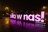 """""""Siła w nas!"""" to nie tylko neon na placu Wolności. Poznańskie teatry, muzea, galerie i biblioteki we wspólnej akcji"""