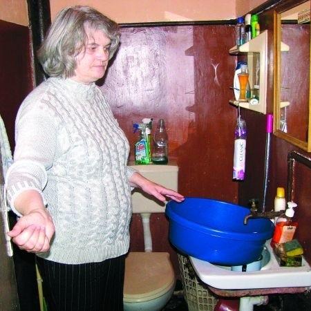 - Woda leci tak wolno, że aby zrobić pranie, muszę dużo wcześniej postawić miskę - mówi Joanna Śliwko. - Na herbatę też trzeba poczekać.