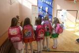 Uczeń, jak wielbłąd. Dzień w dzień nosi za ciężki plecak do szkoły. 81 procent dzieciaków tak ma