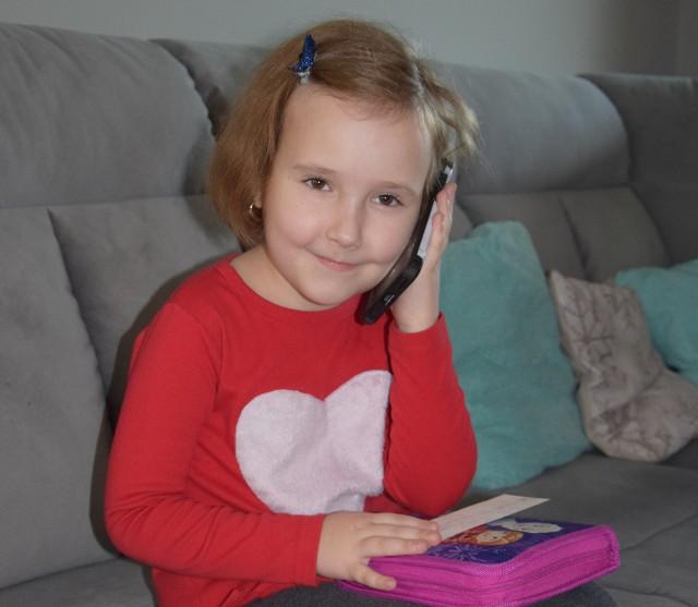 Misia Naks potrafi wezwać pomoc przez telefon komórkowy, a w piórniku ma zapisane numery telefonów do rodziców i dziadków