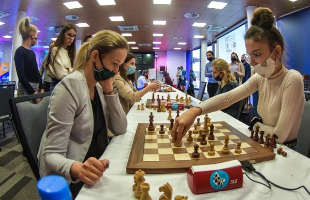 Niedziela, 13 grudnia 2020 r., to drugi dzień Bydgoski Festiwal Szachów Kobiecych na Zawiszy. Krajowa czołówka szachistek toczy partie przy planszach, walcząc o medale Mistrzostw Polski Kobiet w Szachach Szybkich.