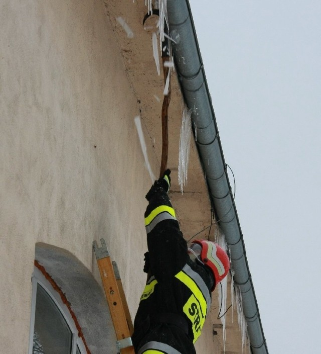 Wczoraj wojskowi strażacy usuwali sople z dachów koszarowców w jednostce  .