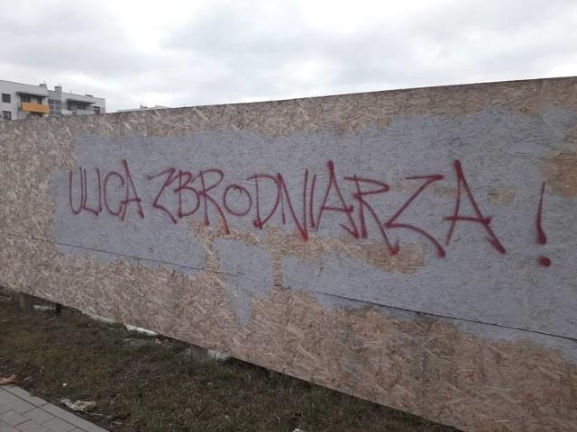 Zaraz po nadaniu nazwy, na ogrodzeniu przy ul. Łupaszki pojawiły się takie napisy.