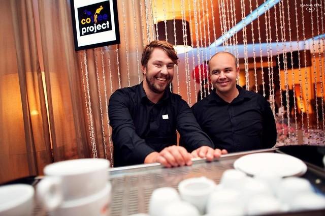 Rafał Adamek, barista (z prawej)