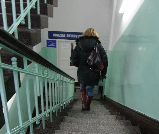 Niepełnosprawni muszą pokonać mnóstwo schodów.