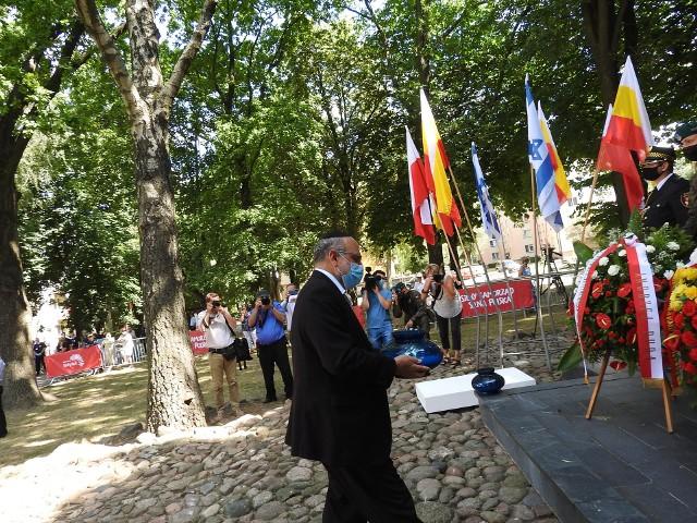 Podczas uroczystości złożono kwiaty pod Pomnikiem Bohaterów Getta na Placu im. Mordechaja Tenenbauma
