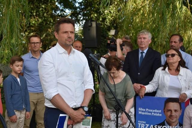 7 lipca Rafał Trzaskowski, kandydujący na urząd Prezydenta RP, odwiedził w Radziczu (pow. nakielski) gospodarstwo rolne Juliusza Młodeckiego. W przydomowym ogrodzie spotkał się także z wieloma rolnikami, okolicznymi mieszkańcami i samorządowcami.Więcej czytaj na kolejnych zdjęciach >>>>>