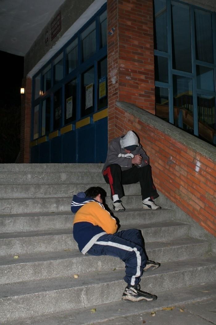 To zdjęcie zrobiliśmy prawie dwa tygodnie temu, około godz. 20. przed jedną ze szkół. Chłopak w kurtce powiedział, że  ma 15 lat. Był tak pijany, że nie mógł ustać na nogach.