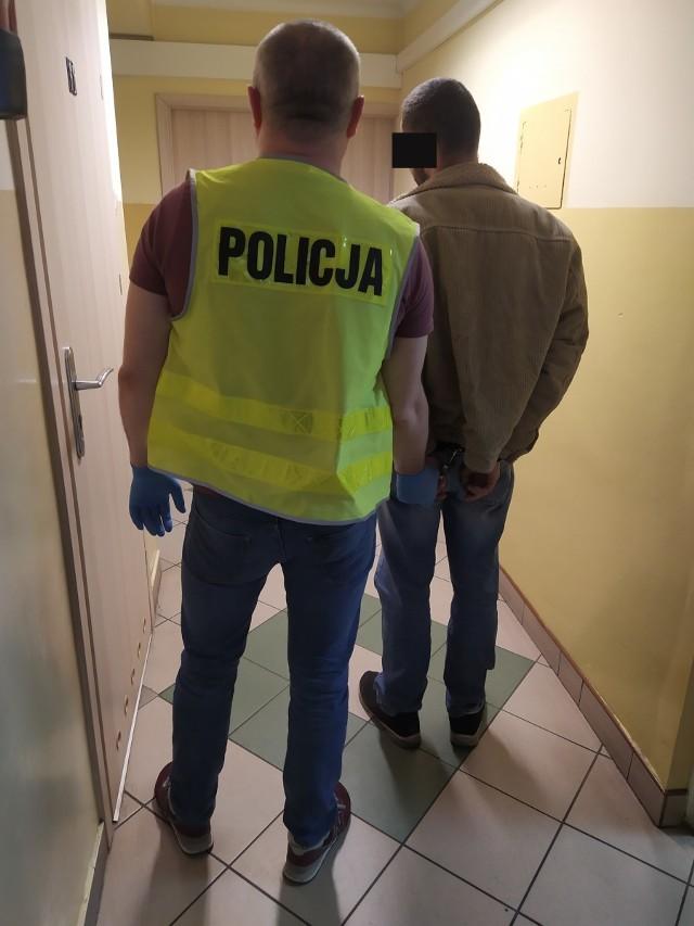 Policjanci z Golubia-Dobrzyna zatrzymali 31-latka podejrzanego o trzykrotne umyślne podpalenie drzwi do piwnic na osiedlu w naszym mieście. Mężczyzna podczas zatrzymania miał niewielką ilość amfetaminy