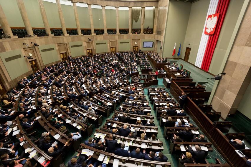 Posłowie opozycji złamali przepisy. Chodzi o zdalne...