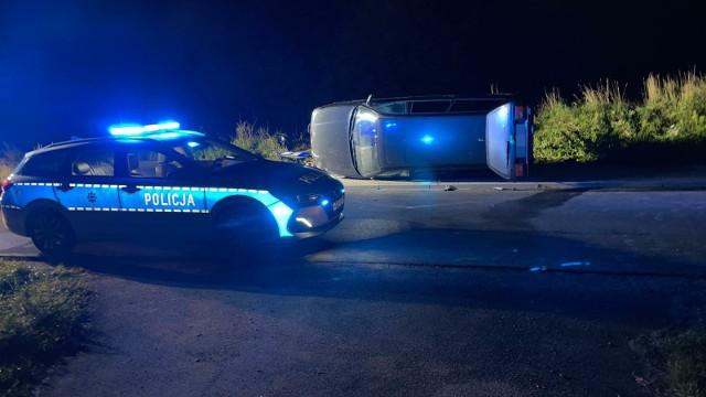 Do śmiertelnego w skutkach wypadku niedaleko miejscowości Zbójno doszło, kiedy kierowca volkswagena omijał inne auto stojące na drodze. Samochód uderzył w omijany pojazd, a następnie potrącił stojącą na przystanku autobusowym 72-letnią kobietę
