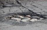 Wyboje i dziury w drogach powiatu chełmińskiego. Kierowcy uszkodzili swoje auta. Mogą dochodzić odszkodowań