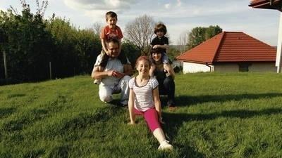 Rodzina Tarkowskich w komplecie: Stasio z tatą Pawłem, mama Agnieszka z braciszkiem Antosiem i siostra Zuzia Fot. Barbara Ciryt