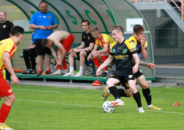 Jeden z piłkarzy, którzy nie zagrają w najbliższym meczu Siarki Tarnobrzeg, jest zawieszony za kartki Paweł Rogala (przy piłce)