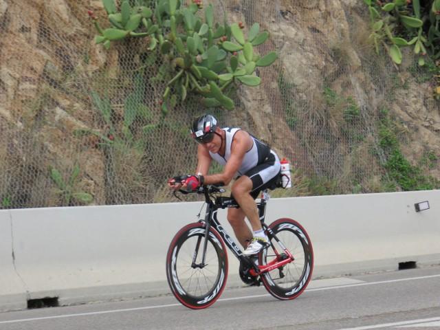 Ireneusz Szpot na trasie kolarskiej podczas ubiegłorocznego startu w triathlonie w Barcelonie